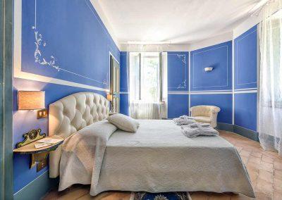 villa-collepere-suite-blu-letto