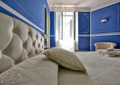 villa-collepere-suite-blu-letto-matrimoniale