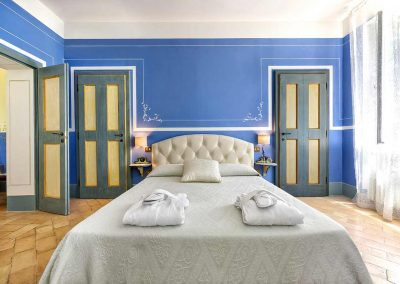 villa-collepere-suite-blu-double bedroom