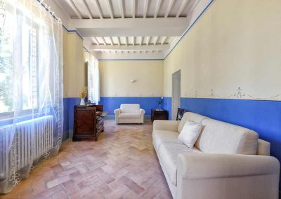 villa-collepere-suite-blu-salottino