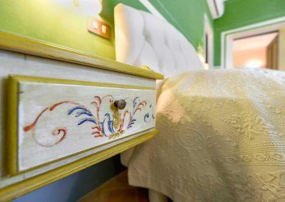 villa-collepere-suite-verde-letto-arredamento